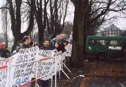 An der Demonstration in Duesseldorf beteiligten sich ca. 200 Fluechtlinge aus dem Wanderkirchenasyl der Kampagne 'Kein Mensch ist illegal'.